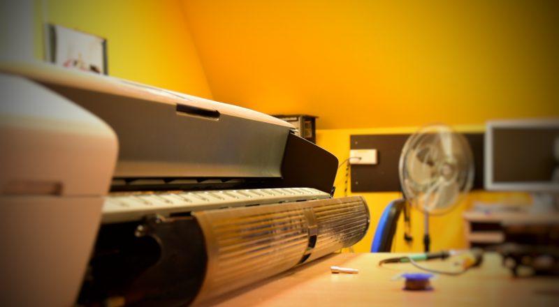 Urządzenie w serwis ploterów © Zdjęcie za zgodą Akte.com.pl i autora @PhotoSchroedingerCat https://akte.com.pl/naprawa-i-serwis-plotterow-hp/